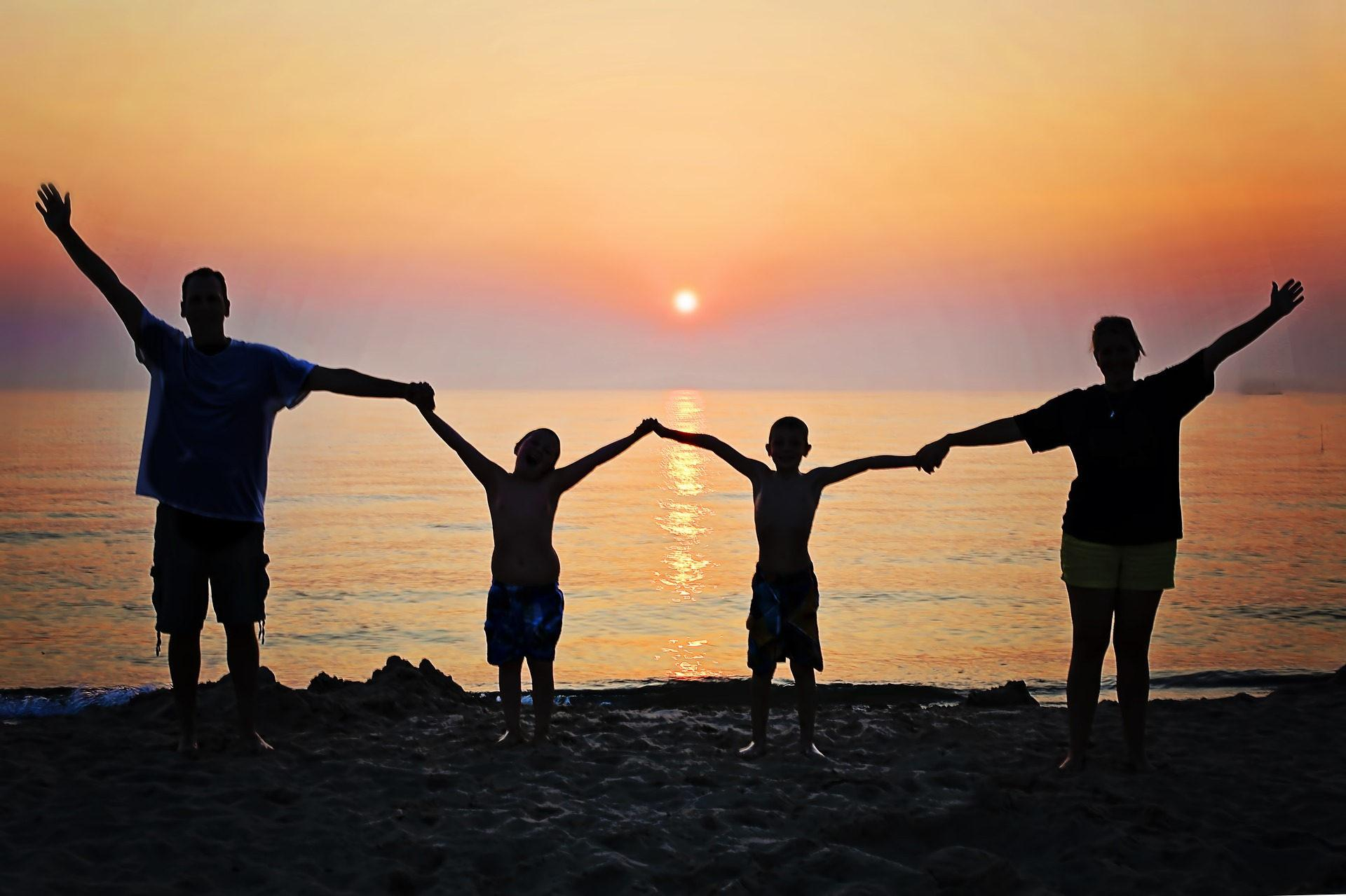 Familie vor Sonnenuntergang